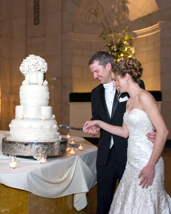 cut cake, elegant, cake, wedding, white, flowers, gum paste flowers,Hall of Springs, NY, the fancy cake box