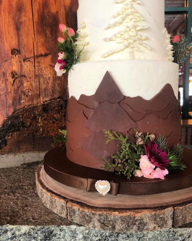 lake placid, NY, bespoke. wedding, cakes, beautiful wedding cake, elegant wedding cake, gum paste flowers, designer wedding cakes, elegant wedding, the fancy cake box
